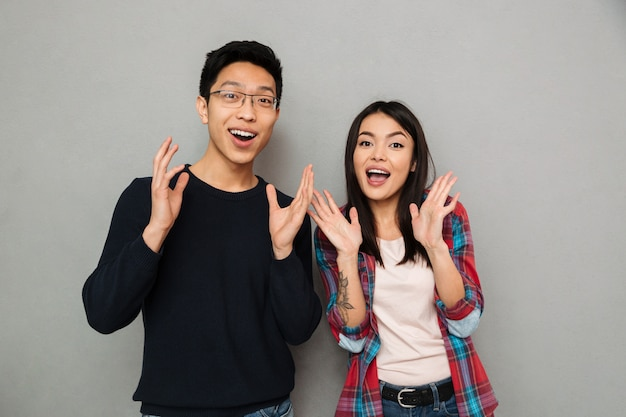 Emocionado joven pareja amorosa asiática