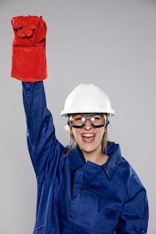 Emocionado trabajador de la construcción femenina con casco