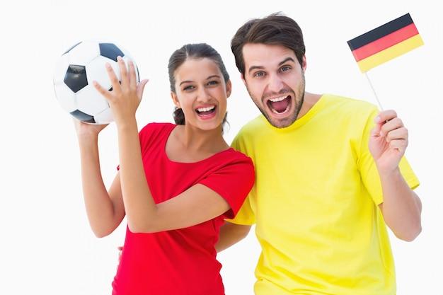 Emocionados aficionados al fútbol alemán animando