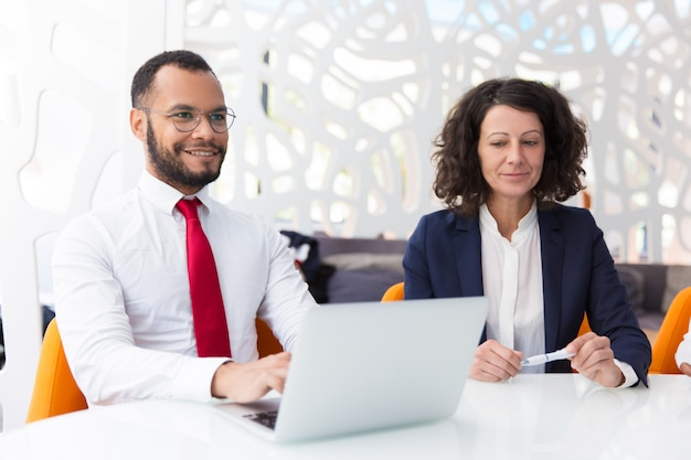 Emocionados colegas de negocios discutiendo trato