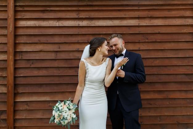 Emocional novia y el novio en el día de la boda al aire libre en la primavera