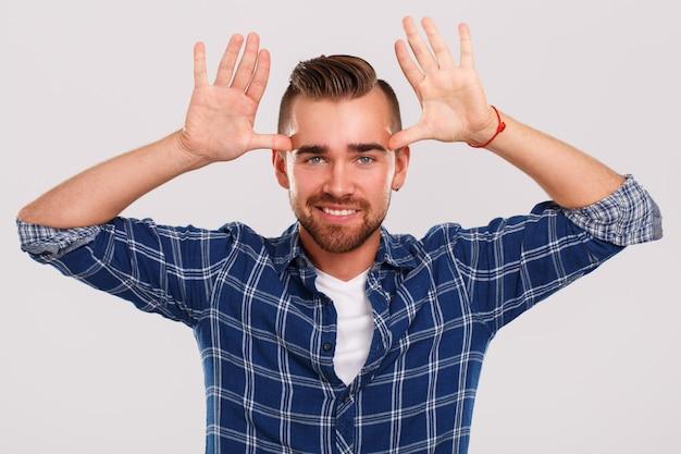 Emociones hombre joven, en, camisa azul