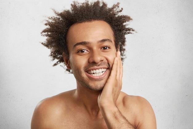 Las emociones humanas, los sentimientos y el concepto de felicidad. hombre joven sin afeitar feliz