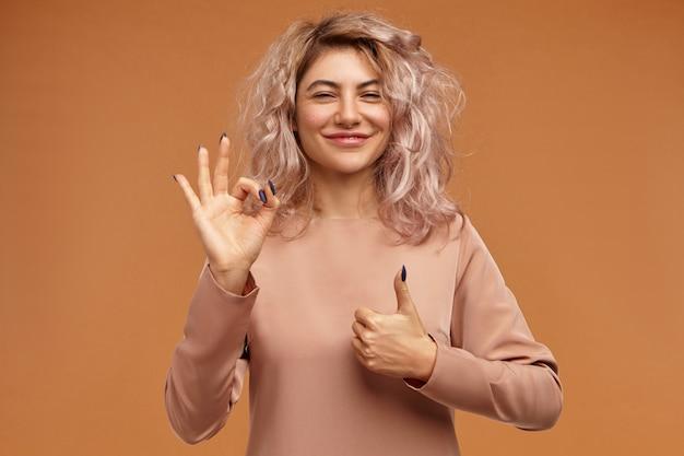 Las emociones positivas, la reacción, los sentimientos y el concepto de percepción de la vida. adorable mujer joven alegre con peinado desordenado voluminoso