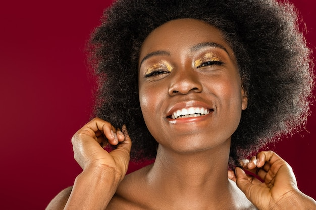 Emociones sinceras. retrato de una mujer joven agradable mientras expresa sus emociones