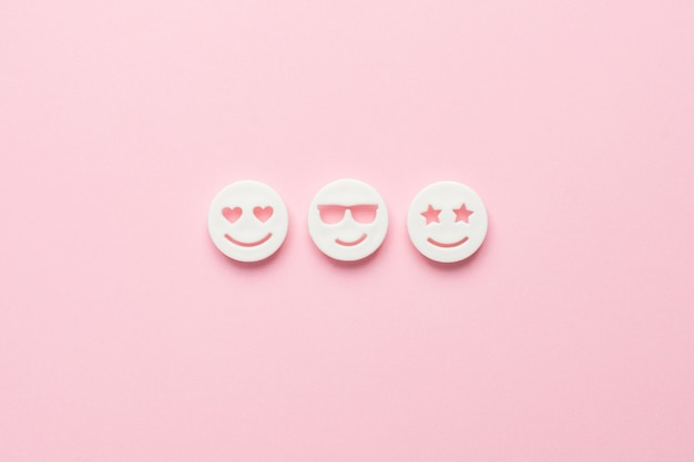 Emojis sonrientes en la vista superior rosa, redes sociales y comunicación