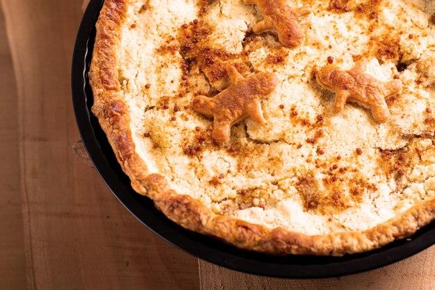 Empanada fresca crujiente hecha en casa cocida al horno fresca de apple del concepto de la comida en cacerola en fondo de madera con el espacio de la copia