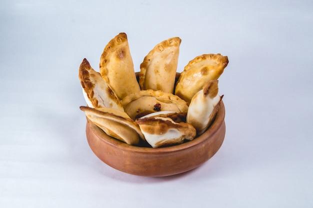 Empanadas de argentina en una olla grande.