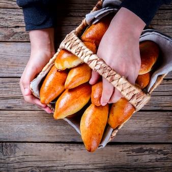 Empanadas en la canasta en manos de un niño