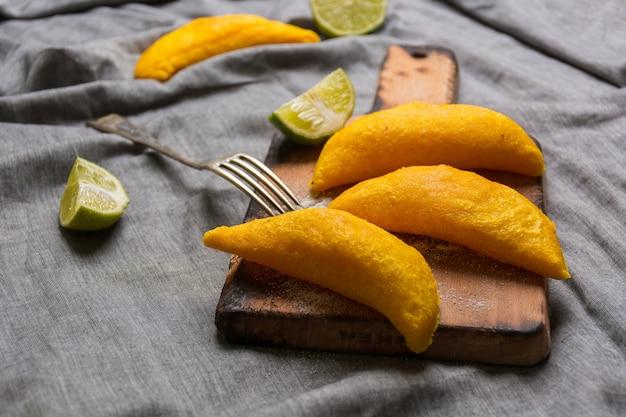 Empanadas colombianas, hechas de carne y fritas en aceite.