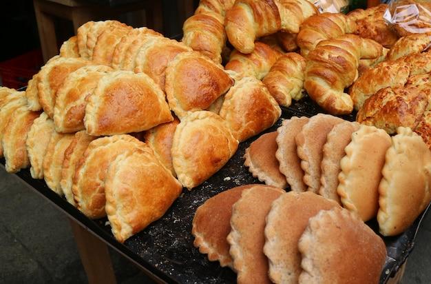 Empanadas y croissants en la panadería del centro de la paz, bolivia