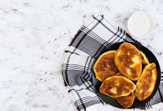 Empanadas fritas con papas e hígado.