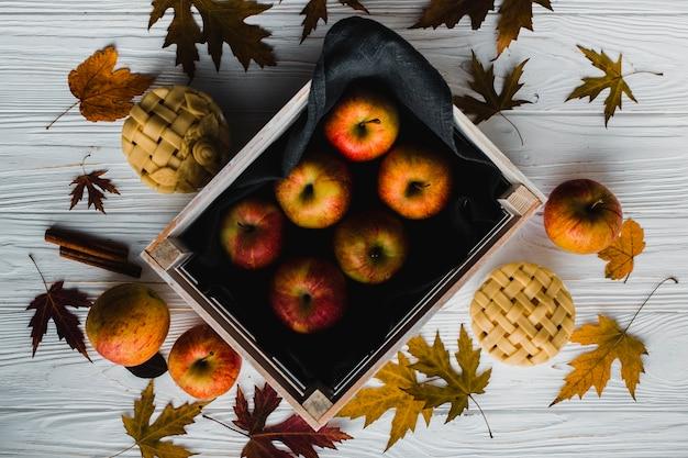 Empanadas y hojas cerca de las manzanas