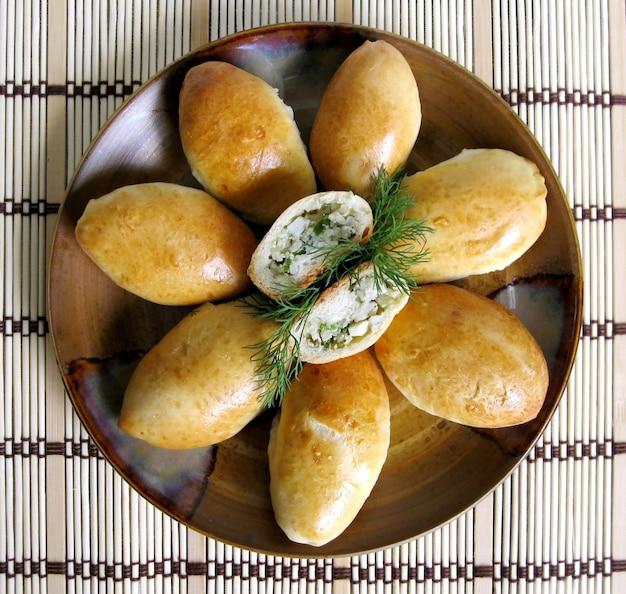 Empanadas rellenas de arroz, huevo cocido y eneldo