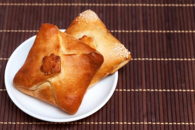 Empanadas rellenas de carne en servilleta de bambú, de cerca