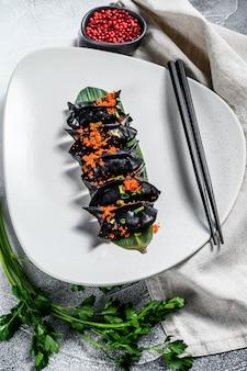 Empanadillas negras de dim sum. cocina asiática. vista superior