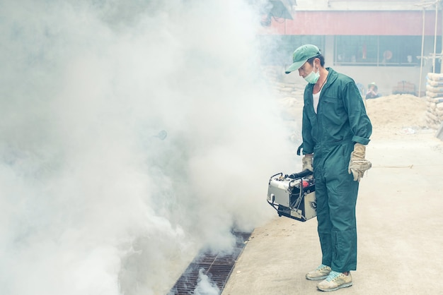 Empapando para eliminar el mosquito