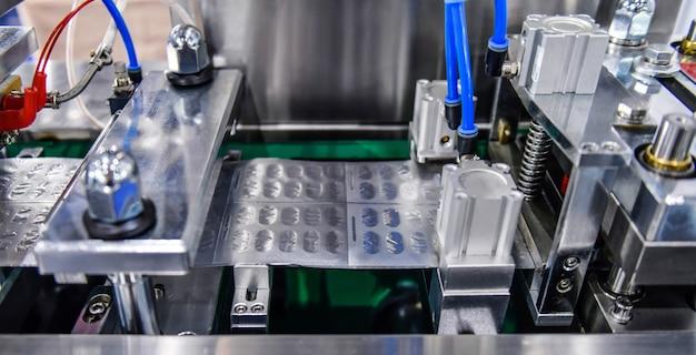 Empaque de blíster de papel de aluminio plateado para proteger de la luz en la línea de producción