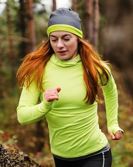 Emparejador femenino corriendo en el bosque