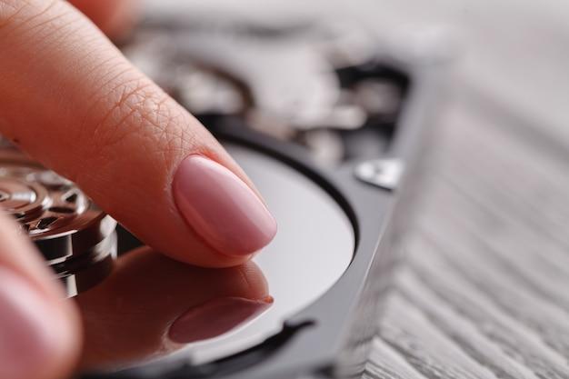Emparejando el disco duro hdd, tocándolo con las manos