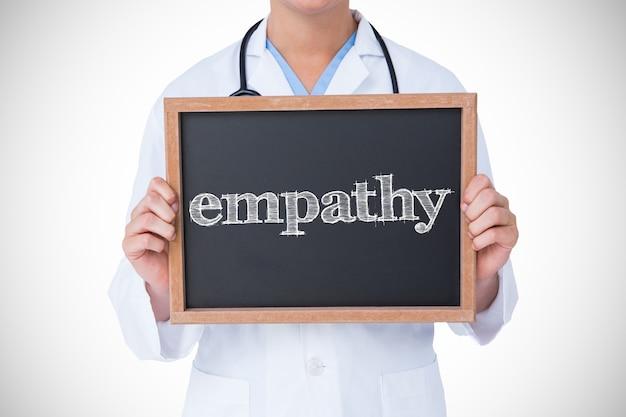 Empatía contra el médico que muestra la pequeña pizarra