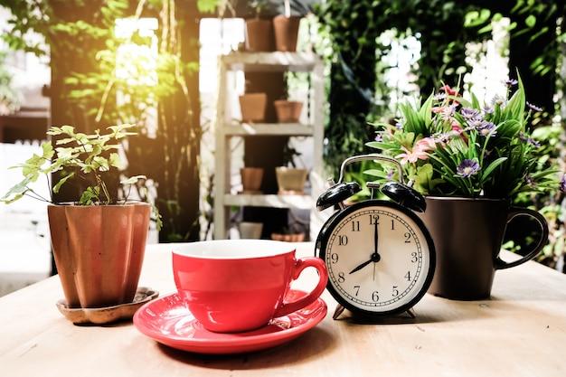 Empieza la mañana con una taza de café caliente.