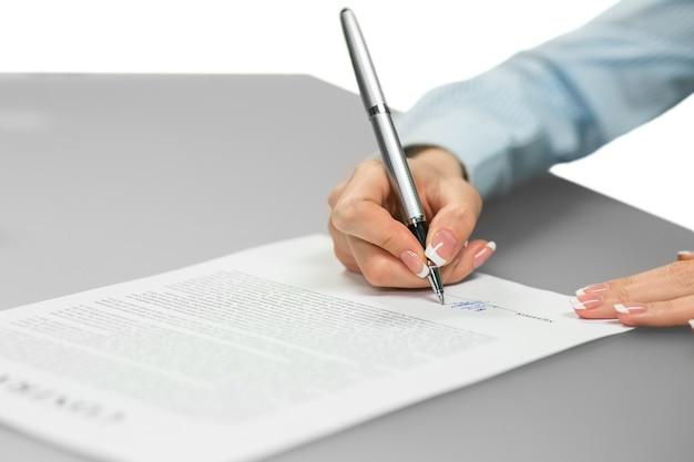 Empleada firma un contrato. un empleado asciende. una elección de carrera. el trabajo deseado.