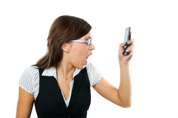 Empleada mosqueada mirando a su teléfono