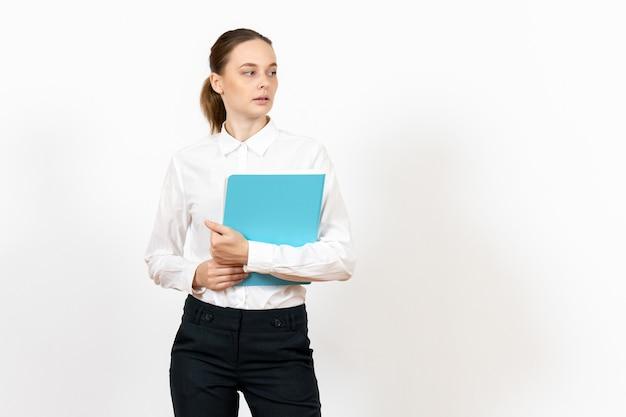 Empleada de oficina femenina en blusa blanca sosteniendo archivo azul sobre blanco