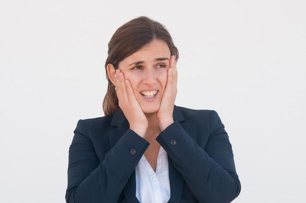 Empleada de la oficina frustrada dándose cuenta de su error.