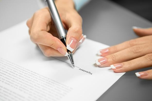 Empleada que firma un contrato. solicitando un nuevo trabajo. specialst comienza una carrera. la mujer joven hace una elección.
