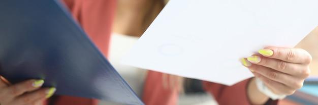 Empleada rubia tiene carpetas y documentos