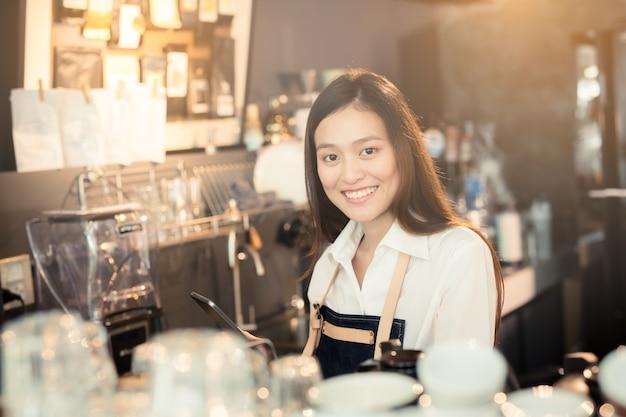 Las empleadas están recibiendo pedidos de clientes en línea