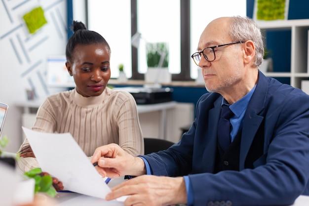 Empleado africano discutiendo con el ejecutivo senior