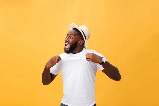 Empleado afroamericano joven hermoso del hombre que se siente emocionado, gesticulando activamente, manteniendo los puños apretados