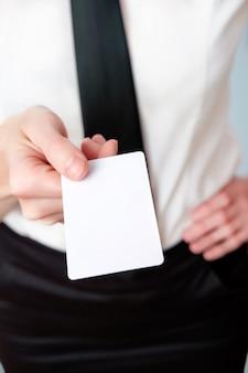El empleado del banco ofrece una tarjeta de visita, primer plano, espacio de copia