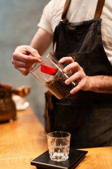 Empleado de cafetería haciendo café