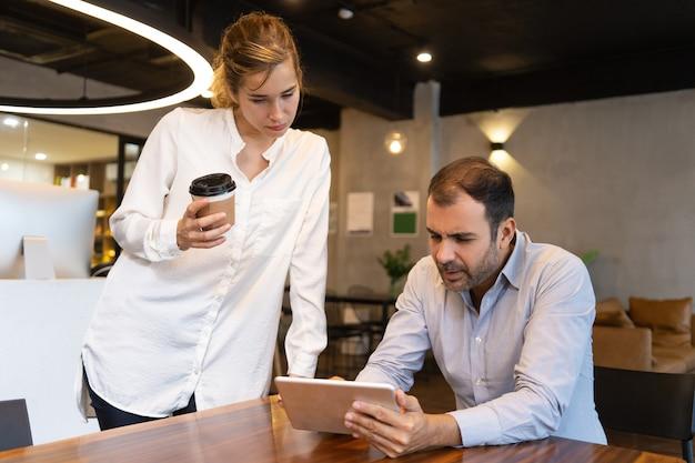 Empleado enfocado probando nueva aplicación de negocios