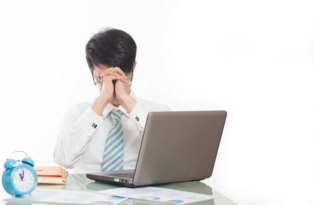 Empleado estresado en el trabajo