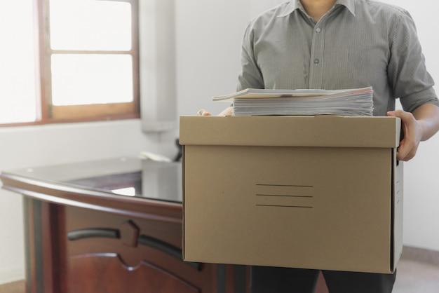 Empleado molesto embalar pertenencias en caja