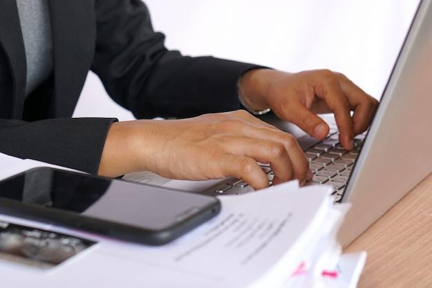 Empleado de oficina compras en línea con tarjeta de crédito