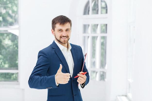 El empleado de oficina masculino sonriente