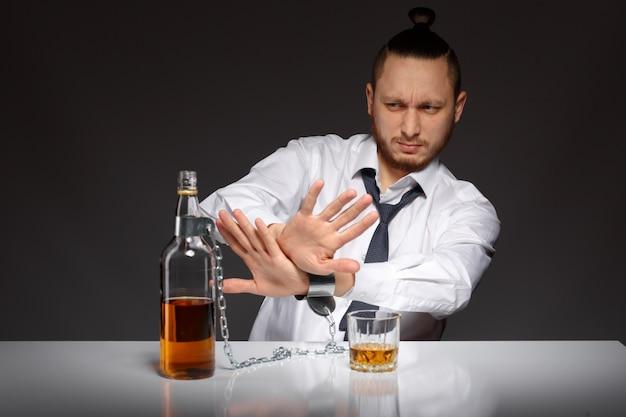 Empleado rechazando el alcohol