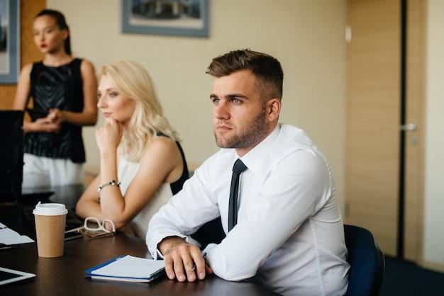 Un empleado se sienta durante una reunión en el equipo de negocios y finanzas.