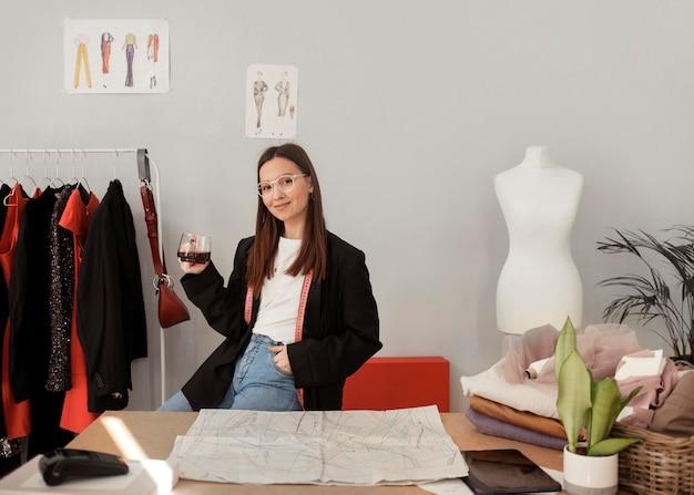Empleado de tienda de ropa trabajando