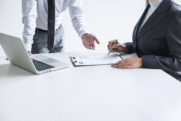 Empleador en una entrevista de trabajo, escuche las respuestas de los candidatos que explican su perfil.