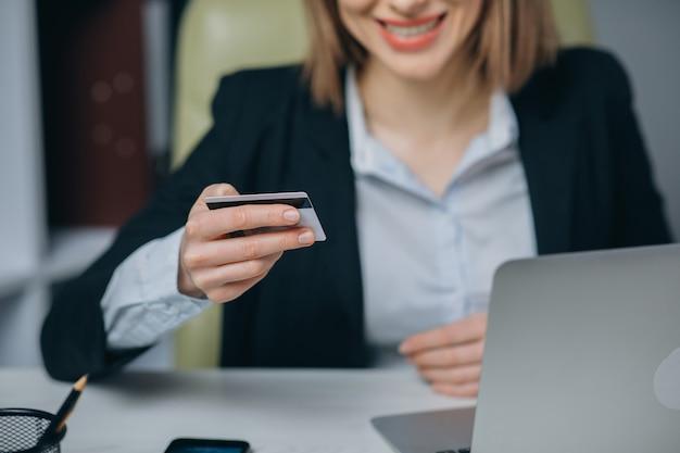 El empleador profesional de sexo femenino que recibe buenas noticias excitó la sonrisa alegre alegre feliz.