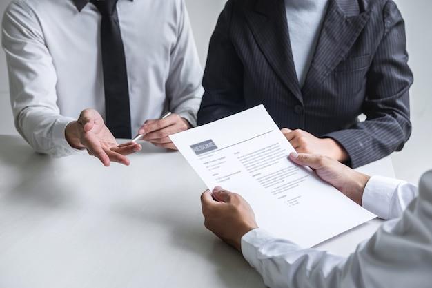 El empleador que llega para una entrevista de trabajo, el comité escucha las respuestas de los candidatos que explican su perfil.