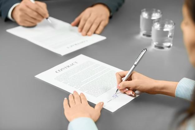 Empleador y trabajador firman contratos. un paso importante. los objetivos comunes generan un buen progreso. la decisión es tuya.