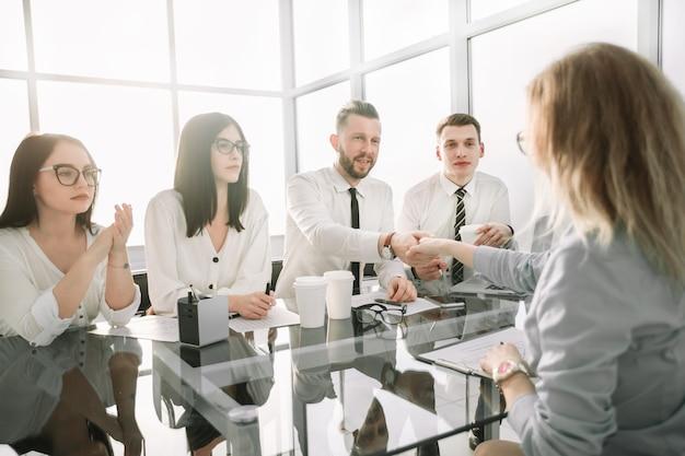 Los empleadores felicitan al empleado por firmar un nuevo contrato